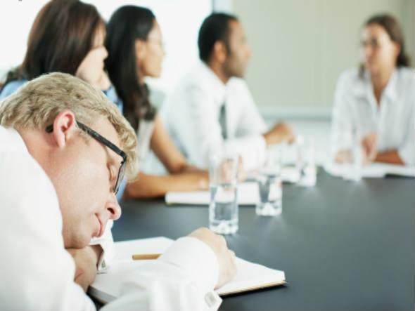 17.Beyniniz sıkıcı birinin yaptığı monoton bir konuşmanın daha ilginç olması için konuşma sesini kafamızda değiştirir.