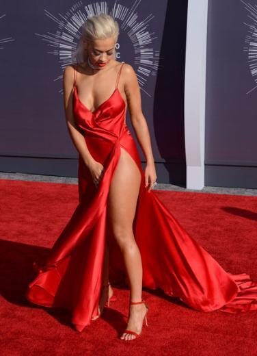 Rita Ora, MTV Sinema Ödülleri'ne de derin dekolteli bir elbiseyle katıldı.
