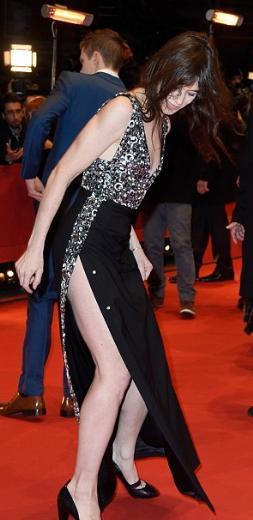 65. Berlin Film Festivali'nin (Berlinale) devam ediyor. Tartışmalı yönetmen Lars vor Trier'nin gözde oyuncularından biri olan Charlotte Gainsbourg, rol aldığı Every Thing Will Be Fine adlı filmin gösterimi öncesi kırmızı halıda zor anlar yaşadı.