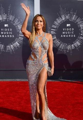 Aynı törende Jennifer Lopez de tarzından ödün vermeyen ama fiziksel güzelliğini gözler önüne seren bu elbiseyi giydi.