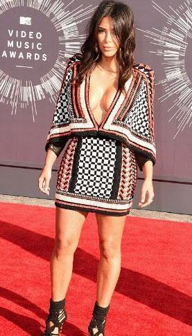 Kim Kardashian, MTV Video Müzik Ödülleri gecesine bu elbiseyle katıldı. Bu kez göğüs dekoltesini ön plana çıkarmıştı.