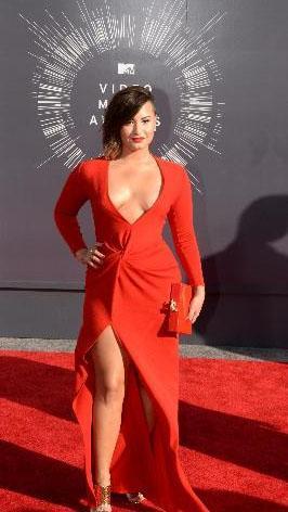 Demi Lovato'nun bu dekolteyi iyi taşıyamadığı konuşuldu.