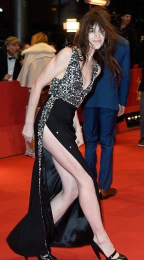 Derin yırtmaçlı bir elbise giyen 43 yaşındaki Gainsbourg, biraz da rüzgarın etkisiyle elbisesine hakim olmakta güçlük çekti. Kırmızı halıda fotoğrafçılara poz verirken yırtmacı açılan Charlotte Gainsbourg, bir ara bütün dikkatini adımlarını kontrol etmeye yöneltti. Daha sonra da başına gelenleri kabullenip gülümsemeye devam etti.