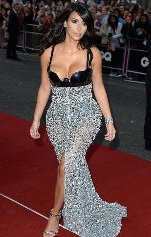 Aynı gecede Kim Kardashian iki parçalı ve iki renkli kıyafetiyle kırmızı halıya çıktı.