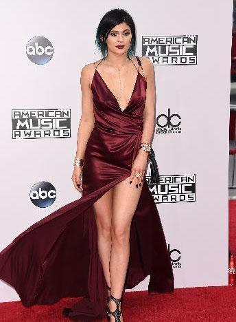 Kylie Jenner, aynı ödül gecesine bu iddialı kıyafetle katıldı.