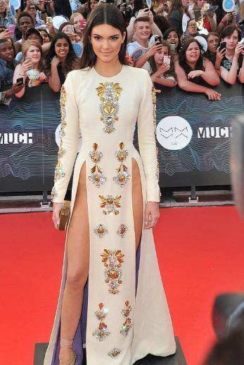 Kendall Jenner, katıldığı bir müzik ödülü töreninde bu kıyşafetle kırmızı halıya çıktı.