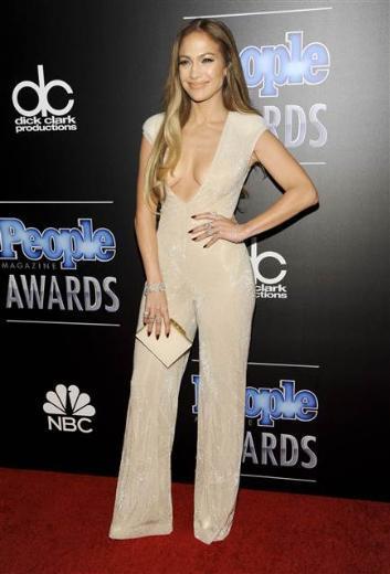Birkaç ay önce çıkardığı Booty adlı single'ıyla konuşulan Jennifer Lopez; katıldığı ödül töreninde de giydiği tulumla bütün dikkatleri üzerinde topladı.