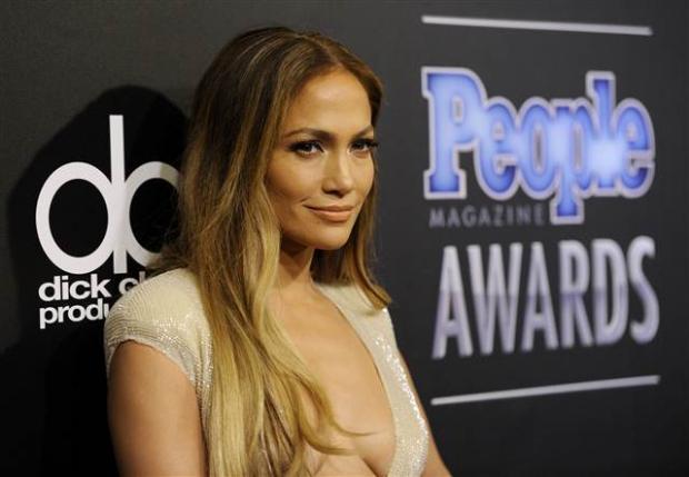 45 yaşındaki iki çocuk annesi Lopez, People dergisinin Beverly Hills'te yapılan geleneksel ödül törenine krem rengi bir tulumla katıldı. Bol paçalı giysinin en dikkat çekici yanı ise derin göğüs dekoltesiydi.
