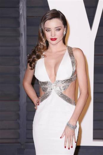 Miranda Kerr, beyaz ve gümüş rengi elbisesiyle dikkat çekti.