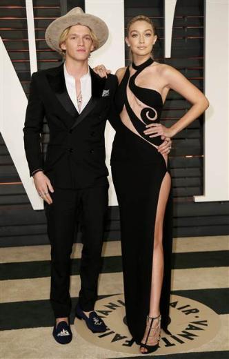 Gigi Hadid, sevgilisi Cody Simpson ile gecedeydi.