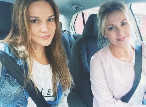 Alina Boz  O da aynı dizide Hazal karakterini oynuyor. Boz, Rus bir anne ile Türk bir babanın kızı.