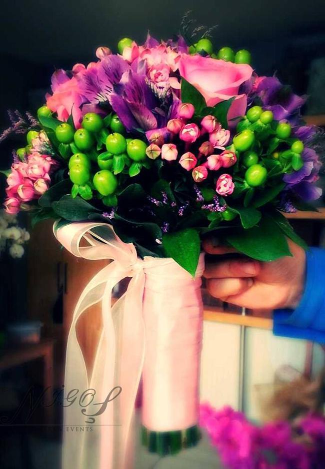 Rengarenk  Renkli bir kişiliğe mi sahipsiniz pudra tonlarında lila tonlarda güllerle buketinizi renklendirebilir herkesten farklı canlı bir look'a sahip olabilirsiniz. Ruhunuza göre karıştırın!