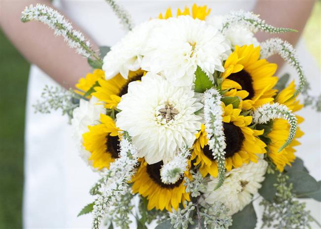 Doğal  Kır düğünü havası veren orman meyveleri, beyaz güller ve yeşil ortancalarla çok güzel bir kombin hazırlayabilirsiniz.