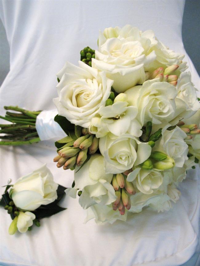 Beyaz Güller  Gelinliğiniz gibi bembeyaz bir kombin arıyorsanız beyaz güllerden daha klasik bir seçim olamaz!