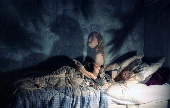 10- Uyku felci  Derin uykuya geçtiğimizde beynimizdeki bir sistem harekete geçer ve vücudumuzun hareket etmesini engeller. Başka türlü rüyamızda yaptığımız hareketleri gerçek hayatta da yapmaya çalışırdık. Ancak bu sistem bazen biz uyansak da devreden çıkmaz işte o zamanlar da uyku felci dediğimiz şey yaşanır ve yaşayanı bayağı korkutur.