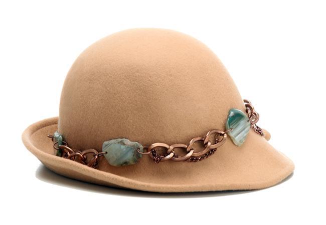 İlkbahar ve yaz ayları çok şık şapkalar takmak için ideal. Sade bir gömlek, blazer ceket ve harika bir şapka ile günün en şıkı siz olacaksınız! Basic bir tişört, Jean gömlek ve spor bir şapka ile harika bir görünüm elde edebilirsiniz. İşte bu sezonun en şık şapka modelleri ve fiyatları!  OZZ Hats – 149,00 TL  Hazırlayan: Merve Hazinedroğlu