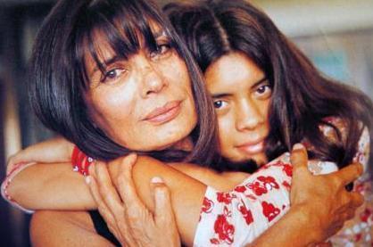 Usta oyuncu Şerif Sezer'in de boyunca bir kızı olduğunu çok fazla insan bilmiyordu. Ancak Deniz Arna, Deli Deli Olma filminde annesinin oynadığı karakterin gençliğini canlandırınca bu basında yer aldı.