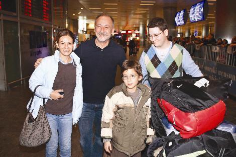 Usta oyuncu Altan Erkekli'nin çocukları Efe ve Can ile eşi Ebru da çok fazla göz önünde olmayı sevmiyor.