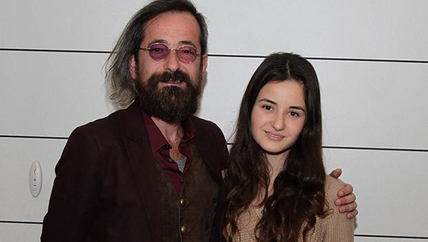 """Feridun Düzağaç, kızı Tuya Naz ile Trump Alışveriş Merkezi'nde """"Kim Korkar Hain Kurttan"""" oyununu izledi. Genç kız, Düzağaç'ın yeni saç stiliyle ilgili """"Babamın ruhu genç, ne yapsa severim. Bu saçına da bayıldım"""" dedi."""
