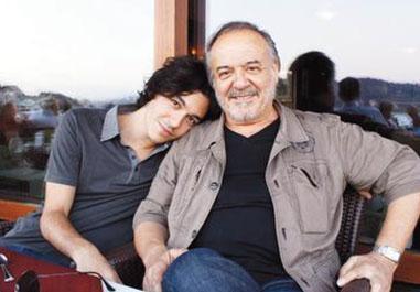 Çetin Tekindor ile Zerrin Tekindor'un oğlu Hira da kameraların uzağında. Hira küçüklüğünde babasıyla birlikte.
