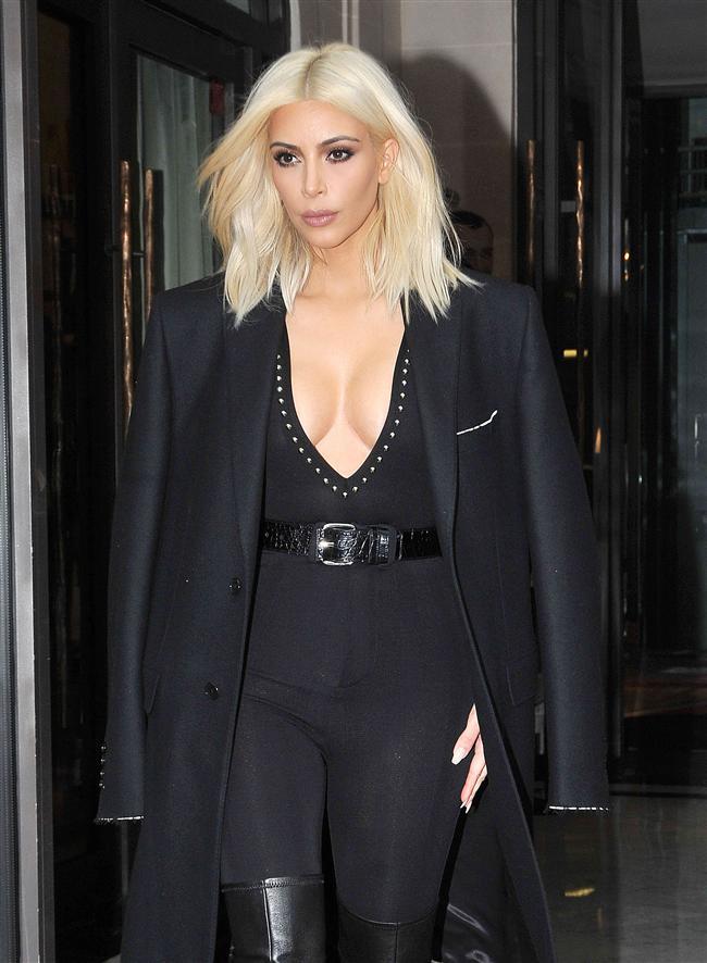 Daha çok koyu renkleri tercih eden Kim Kardashian büyük bir değişiklik yaparak saçlarınıza sarıya boyadı hem de platin sarısı!