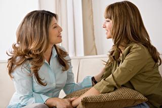 15. En önemsiz görünen problemlerinizi bile ilgiyle dinler, tavsiye verirken her zaman dürüst davranır.  Annelerimizin sonsuz bir sabır gücüyle donatıldığını söylememize gerek yok sanırım. Ergenlikten bu yana, anlamsız duygusal travmalarımıza katlanabilen dünya üzerindeki tek canlılar onlar belki de. Bu tarz çöküşlerin tek ilacının karşılıksız sevgi terapileri olduğunu düşürsek, ilk fırsatta annemize koşmamıza şaşırmamak lazım.