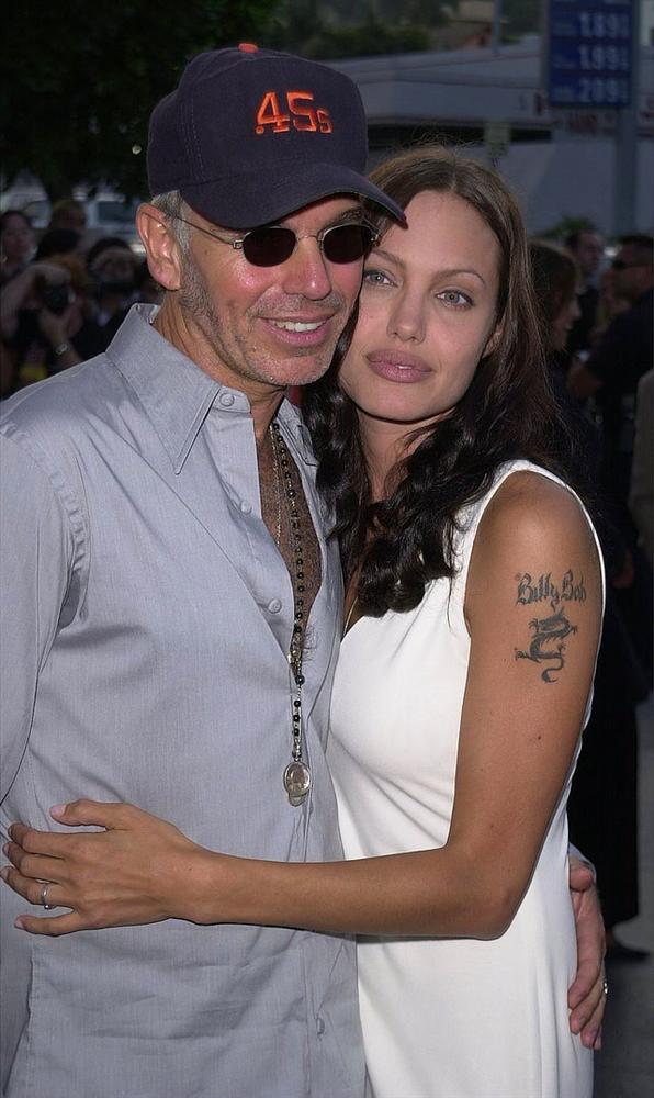 7. Billy Bob  Bir zamanların Tomb Raider'ı Angelina Jolie, eski eşi oyuncu Billy Bob'a çılgınlar gibi aşıktı. Jolie bu aşkı koluna bir ejderha resmi ve Billy Bob'un ismini dövme yaptırarak göstermeyi tercih etti. Ancak boşanmalarının ardından dövmeyi lazerle sildirdi.
