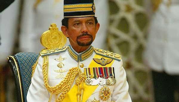 12. Brunei Sultani'nin araba koleksiyonu; 531 Mercedes,367 Ferrari,362 Bentley,182 BMW,177 Jaguar,160 porsche,130 RRoyces, 20 Lamborghini'dir.