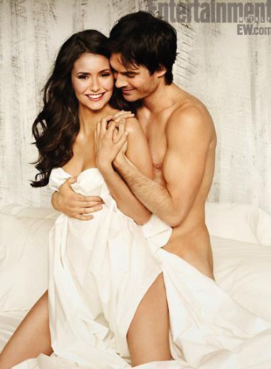 Nina Dobrev ve Ian Somehalder, Entertainment Weekly dergisi için yatağa girip birlikte poz verdi.