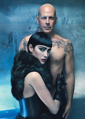 """Bruce Willis ve eşi Emma Hemmings, 2009 yılında W dergisi için """"Balayı Oteli"""" temalı bu pozları verdi."""