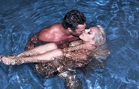 Lady Gaga ve Taylor Kinney'in bu pozu çok konuşuldu.