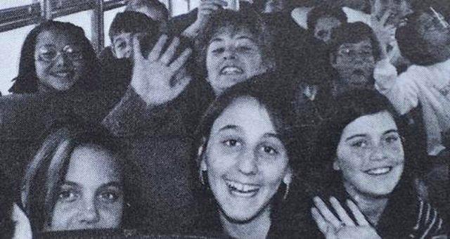 Okul Gezsine Çıktığında daha ünlü değidi. Bu neşeli genç grubuna dikkatli bakın tanıdık bir yüz göreceksiniz..