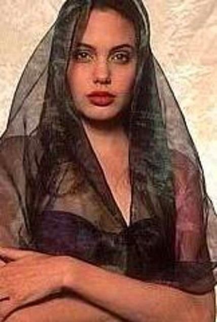 Bugün 36 yaşında olan Jolie'nin fotogğrafları bir kaç yıl önce gün ışığına çıkmıştı.