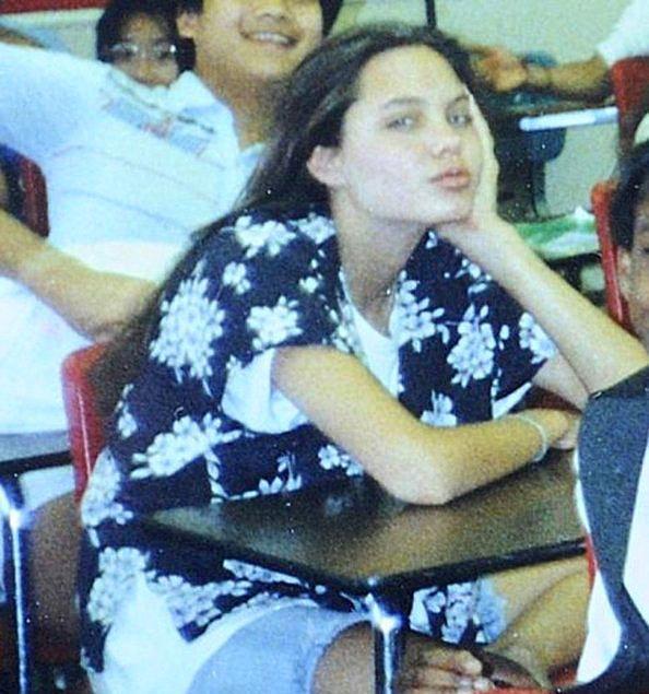 Sınıf arkadaşlarıyla çekilen hatıra fotoğraflarında Jolie yine güzelliğiyle dikkat çekiyor.