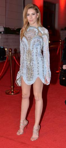 Sinem Kobal, gecede modacı ikizler Raisa ve Vanessa'nın tasarımını tercih etti.