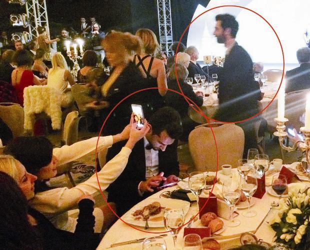 Adı Burçin Terzioğlu ile anılan İlker Kaleli ve oyuncunun eski eşi Murat yıldırım da gecedeydi. Kaleli ödül vermek için sahneye çıkarken Yıldırım cep telefonuyla ilgilendi.