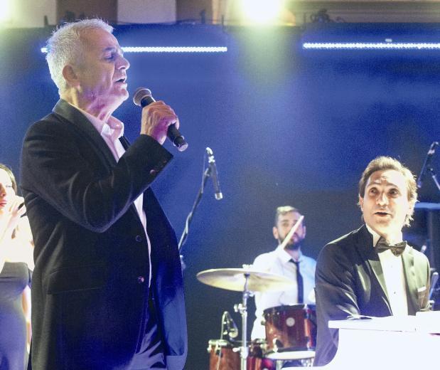 """Zafer Algöz, Barış Manço şarkısı """"Dağlar Dağlar""""ı yorumladı."""