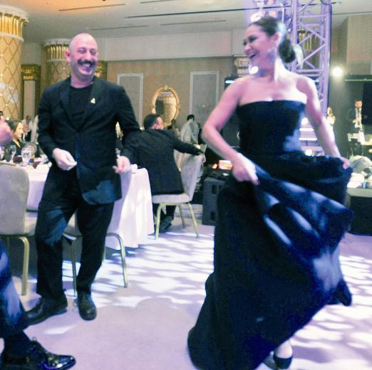 Cem Yılmaz ve Hülya Avşar'ın dans şovu alkış topladı.
