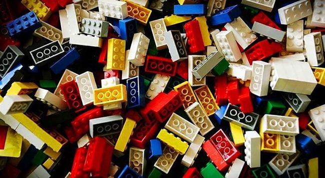 Legolar..  Hepsini üstüste koyup dev binalar inşa etmezsek olmazdı..