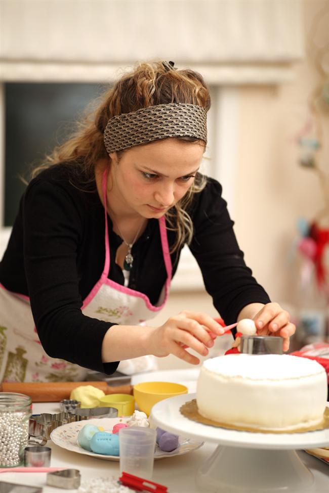 Boğaların kalbine giden yolErkeğin kalbine giden yol boğazından geçermiş derler. Söz konusu boğalar olunca, cinsiyet ayrımı yapmaksızın, kalplerine giden yol gerçekten de midelerine uğrmadan edemiyor. Obur olarak nitelendirilen yemeği çok seven boğlara en uygun kurs tabiki yine yemekle ilgili. Temel pasta yapımı, süsleme sanatı, katlı pasta teknikleri ve çikolata yapımı gibi kursların bulunduğu kursları öneriyoruz. Ders sırasında yaptığınız pastaları ders sonrası evinize götürebilir ya da sevdiklerinize hediye edebilirsiniz. Dikkat edin parmaklarınızı yemeğin.