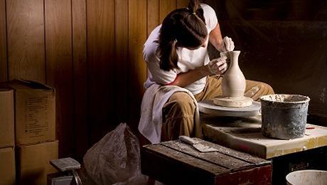 Heykeltraş terazilerDengeyi sembolize eden Teraziler el sanatlarında çok yeteneklilerdir, dolayısı ile biz de, heykeltıraşlık kursunu öneriyoruz. Derste geleneksel seramikten günümüz seramik çalışmalarına kadar, çamur ve yardımcı malzemeleri kullanılarak, temel şekillendirme yöntemleri ve obje yaratma çalışmaları yapılıyor.
