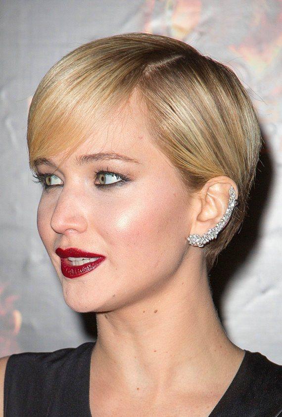 Yeni trend: Ear Cuff! Yani büyük, gösterişli ve ilginç küpeler... Çoğunlukla kulak memesinden başlayıp kulağın sonunda, ya da ortalarında bitiyor. Bu ilginç küpeleri ünlüler oldukça sık kullanıyor. Biz de sizin için ünlülerden en güzel Ear Cuff modellerini seçtik...  Jennifer Lawrance