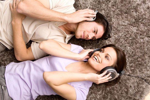 - Bir sene birlikte olduktan sonra müşterek bir banka hesabı, müşterek bir e-posta adresiniz varsa...  - Favori oyununuz radyo istasyonlarını arayıp, birbirinize şarkı göndermekse...