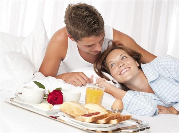 - Pazar sabahı rutininiz hep aynıysa: yatakta oynaşmak, gazete okumak, kahvaltı etmek ve sevişmek.  - Uzun zamandır görmediğiniz bir arkadaşınızla yemek randevusuna gittiğinizde, iki kişilik bir masada oturmasını garipsiyorsanız.