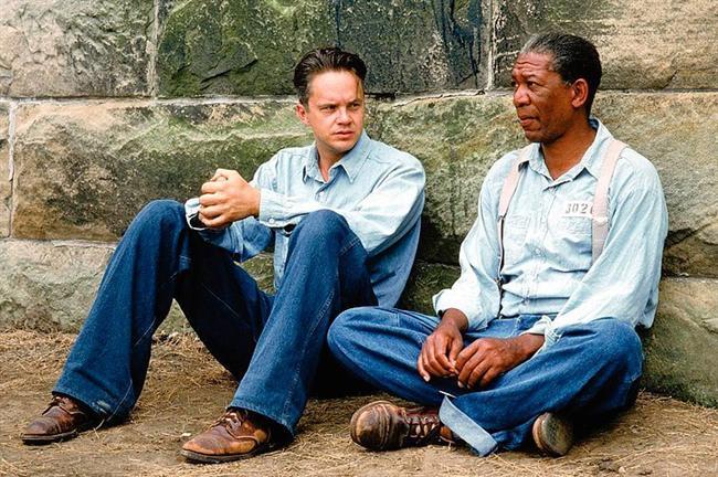 1. Esaretin Bedeli (1994) | IMDb: 9.3  The Shawshank Redemption (1994)  Andy Dufresne, genç ve başarılı bir bankerdir. Karısını ve karısının sevgilisini öldürmek suçundan yargılanır ve ömür boyu hapis cezası alır. Shawsank Hapishanesi'nde dayak, işkence, tecavüz, her türlü durum yaşanmaktadır fakat Andy gene de hayata bağlı ve iyimserdir. Bu tutumu etrafındakileri de etkiler. Andy umutlu bakış açısıyla çevresindeki tüm mahkumları, parmaklıklar arkasında bile özgür bir yaşam olabileceğine inandırır. Andy'nin bu çabalarına ortak olacak bir arkadaşı da olacaktır: Red.