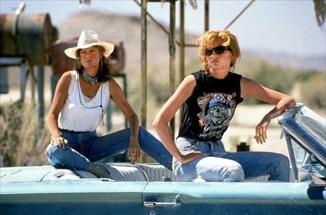 34. Thelma ve Louise (1991) | IMDb: 7.4  Erkek arkadaşından bıkan garson kız Louise (Susan Sarandon), kocasıyla birlikte arkadaşı Thelma'yı (Geena Davis) ayartır. Birlikte araba seyahatine çıkarlar. İlk uğrak yerleri olan barda dans ederler ve yöre erkekleriyle eğlenirler. Ancak bir adam Thelma'ya tecavüze yeltenince Louise onu öldürmek zorunda kalır. Polisin kendilerine inanmayacağı paranoyasına kapılan kadınlar kaçarlar. Thelma kafayı toparlamak için kovboy J.D (Brad Pitt) ile gecelik ilişki yaşar ve işler sarpa sarar.