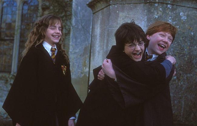 32. Harry Potter serisi (2001) | IMDb: 7.4  Harry Potter, muggle amcası ve halasıyla sıradan ve zorluklarla dolu bir hayatı yaşarken, yılanlarla konuşabildiğinin, kızgınlık öfkesi sırasında eşyaları hareket ettirebildiğinin farkına varacaktır. Hogwarts Büyücülük ve Cadılık Okulu'ndan kabul edildiğini belirten mektup ise hayatının sıradanlığını değiştirecektir. Artık o bir büyücü adayıdır.