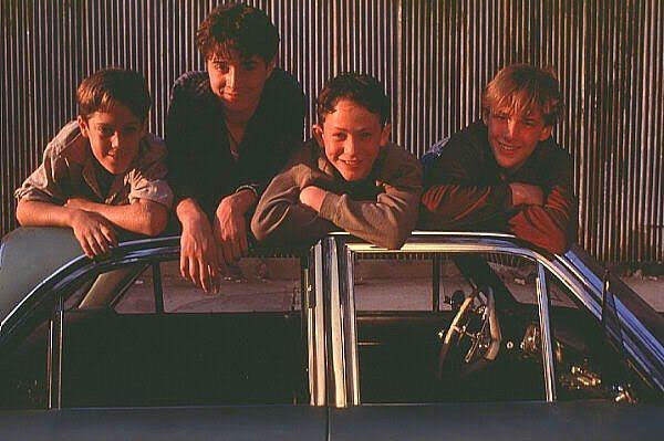 31. Kardeş Gibiydiler (1996) | IMDb: 7.5  Sleepers, yaşanması tehlikeli mahallelerinden birinde yaşayan bir grup gencin hayatını anlatır. Gençler bir gün bir adamı tehlikeye atan bir kazaya sebep olduklarında gençlik ıslah merkezinde bir yıllık cezaya mahkum edilirler. Sadece bir yıl sürecek bu ceza dönemi hayatlarını derinden etkileyecek travmatik olaylarla geçer. Gardiyanlar tarafından taciz edilen bu gençler, bu travmaları hayatları boyunca yanlarında taşırlar. Takii on yıl sonra kendilerini savunabilecek gardiyanlardan biriyle karşılaşana dek...