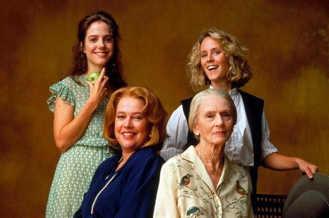 29. Kızarmış Yeşil Domatesler (1991) | IMDb: 7.6  Huzurevinde son derece sevimli, çıtı pıtı bir hanımla tanışan Evelyn, onun ilginç hikayelerini dinlemeye ve zaman içinde yepyeni bakış açıları kazanmaya başlar. Ninny Threadgood adındaki bu kadın, ona 1920'lerde yaşamış iki genç kadının benzersiz dostluklarını anlatmaktadır. Whistle Stop'da yaşayan Idgie ve Ruth birbirinden farklı karakterlerde olsalar da çok iyi anlaşan iki arkadaştır.
