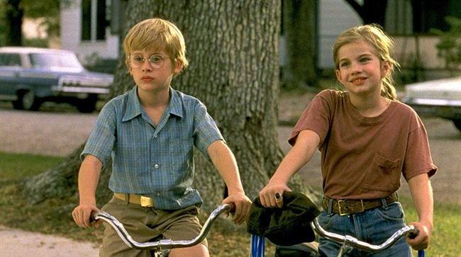 42. Kız Arkadaşım (1991) | IMDb: 6.8  Onbir yaşındaki Vada'nın hayatı, babası Harry'nin kozmetikçi Shelly ile evlenmeye karar vermesiyle bir anda kararıyor. Vada, küçük bir kasabada yaşayan ve zamanının çoğunu bir erkek olan en iyi arkadaşıyla geçiren ve hastalıklardan korkan bir kızdır. Bu arkadaşlık hayatı başka açıdan görmelerine neden olacaktır.